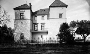 Widok na dwie wieże Zamku Suskiego nad najstarszą częścią obiektu datowaną na koniec XVIw. 1928 rok