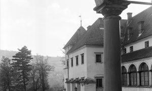 Widok z krużganków na najstarszą część zamku z wieżą