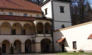 Widok z dziedzińca na wieżę zegarową zamku